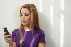 Message avec texte tapant de femme au téléphone Photo libre de droits