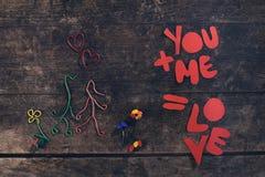 Message créatif d'amour, couple dans l'amour fait à partir des trombones Photos libres de droits