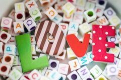 Message d'amour écrit au-dessus des blocs de lettre Images stock