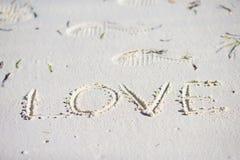 Message d'amour écrit dans une plage sablonneuse Photographie stock