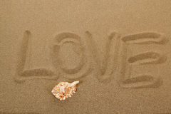 Message d'amour écrit en sable Photo stock