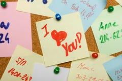 Message d'amour goupillé sur le panneau de liège Image stock