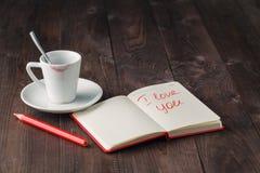 Message d'amour sur la table avec du café Image stock