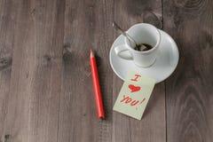 Message d'amour sur la table avec du café Photo stock