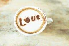 Message d'amour sur la tasse de café sur le bois Image stock