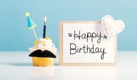 Message d'anniversaire avec un petit gâteau images libres de droits