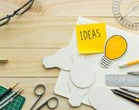 Message d'idées sur le bloc-notes sur la table de travail avec des éléments Images stock