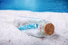 Message dans bouteilles, plage Photographie stock