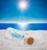 Message dans bouteilles, plage Images libres de droits