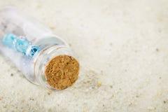 Message dans bouteilles, sable Photos stock