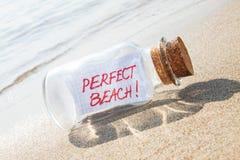 Message dans des vacances parfaites de bouteille sur la plage sablonneuse Photo libre de droits
