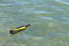 Message dans la bouteille en verre en mer Image stock