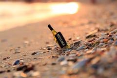 Message dans un flottement de bouteille Images libres de droits
