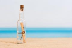 Message dans un flottement de bouteille Photos libres de droits