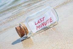 Message dans une bouteille de vintage de dernière minute sur la plage Photo libre de droits