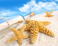 Message dans une bouteille enterrée en sable photo stock