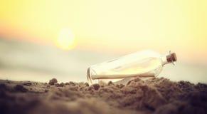 Message dans une bouteille sur la plage de mer photos libres de droits