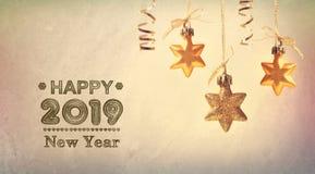 Message 2019 de bonne année avec les étoiles accrochantes photographie stock libre de droits