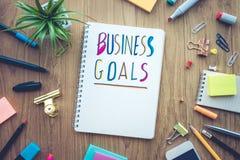 Message de buts d'affaires avec le papier de bloc-notes sur la table de bureau Image libre de droits