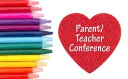 Message de Conference de professeur de parent sur le coeur rouge avec les crayons colorés d'aquarelle image stock