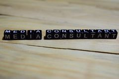Message de consultant en médias écrit sur les blocs en bois image libre de droits