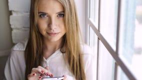 Message de dactylographie de jeune fille sur le smartphone clips vidéos