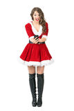 Message de dactylographie femelle gai enthousiaste de Santa Claus sur l'écran tactile intelligent de téléphone Photographie stock