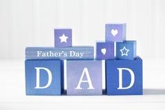 Message de jour de pères sur les blocs en bois bleus photo stock