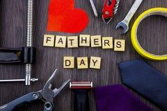 Message de jour de pères sur un fond en bois avec le cadre des outils et des liens Photographie stock libre de droits