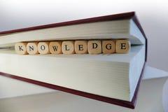 Message de la connaissance écrit dans les blocs en bois entre les pages de la BO images libres de droits