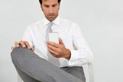 Message de lecture d'homme d'affaires sur le smartphone Image libre de droits