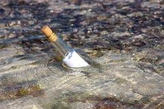 Message de sauvetage dans une bouteille Photographie stock libre de droits