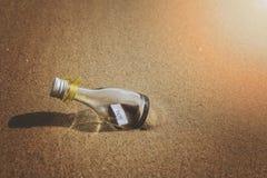Message de SOS dans la bouteille en verre Photographie stock libre de droits