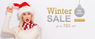 Message de vente d'hiver avec la femme avec le chapeau de Santa photo libre de droits