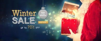 Message de vente d'hiver avec Santa ouvrant un boîte-cadeau illustration de vecteur