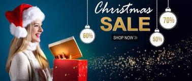 Message de vente de Noël avec la femme ouvrant un boîte-cadeau photographie stock libre de droits