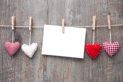 Message et coeurs rouges sur la corde à linge image stock