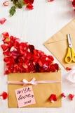 Message fait main d'amour avec des fleurs, l'espace de copie Photographie stock libre de droits
