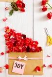 Message fait main de joie avec des fleurs, l'espace de copie Photos stock