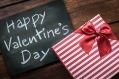 Message heureux de jour de valentines écrit sur peu de tableau avec p Images libres de droits