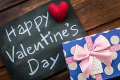 Message heureux de jour de valentines écrit sur peu de tableau avec p Photos stock