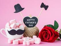 Message heureux de jour du ` s de père avec la rose de rouge sur le fond rose images stock