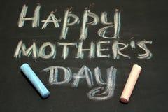 Message heureux de jour de mères avec la craie sur un conseil spécial photographie stock