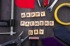 Message heureux de jour de pères sur un fond en bois avec le cadre des outils et des liens Photographie stock libre de droits