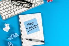 Message heureux de week-end dans le carnet sur le bureau avec l'espace vide pour le texte, la maquette ou le calibre Images stock
