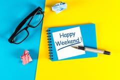 Message heureux de week-end dans le carnet sur le bureau avec l'espace vide pour le texte, la maquette ou le calibre Photo libre de droits