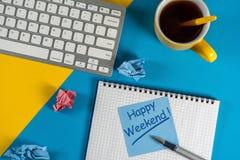 Message heureux de week-end dans le carnet sur le bureau avec l'espace vide pour le texte, la maquette ou le calibre Image libre de droits