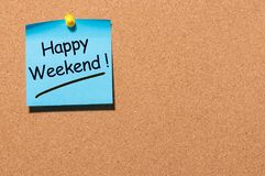 Message heureux de week-end goupillé au conseil de l'information de liège de bureau avec l'espace vide pour le texte, la maquette Photo stock