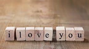 Message je t'aime écrit dans les blocs en bois Photos libres de droits