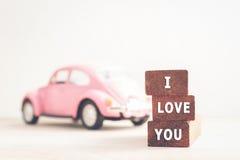 Message je t'aime sur les blocs et la voiture en bois avec l'espace de copie Photographie stock libre de droits